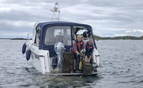Meningsfullt fiske med undervannsdrone: ROVpartners drone med klo filmer og drar opp teiner og annet utstyr. Annet søppel blir ofte liggende igjen. – Det kommer an på hvor tungt det er, men vi kan ikke få opp slike ting som varmtvannsberedere med dette utstyret, slår Fredrik Marcussen (t.v.) fast. Foto: Siri Fossing