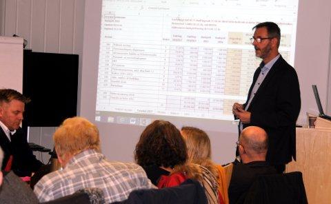 God økonomi: Rådmann Kai Egil Bachèr (stående) la fram et kommunebudsjett med et visst låneopptak til investeringer, men godt innenfor det han betrakter som risikofylt.