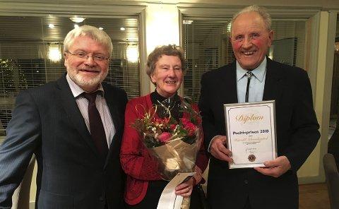 Fikk pris: Harald Sebuødegård (t.h.) ble tildelt positivprisen, og kona Målfrid fikk blomster. Til venstre president i Nord-Aurdal Lions, Halvor Tangen.