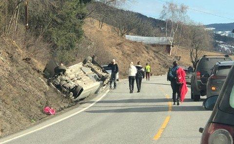 SINGELULYKKE: Bilen ble liggende på taket etter ulykken på E16. Nå er føreren mistenkt for kjøring i påvirka tilstand.