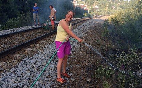 HAGEVANN:Claudia Gostomoski i Ringveien var en av mange som bidro med vann fra egen hageslange for å slukke brannen langs Gjøvikbanen i fjor.