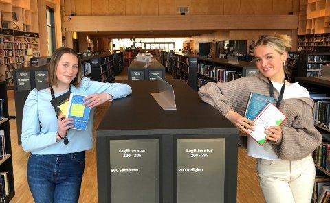 KANKODENE:Kari Strandrud (15, t.v.) og Katinka Eckhoff er engasjert som SoMe-medarbeidere hos Nittedal bibliotek.