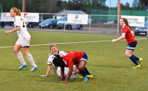 Omsorgsfull: HSV-veteranen, Ann Øiahals fornekter seg ikke når det er muligheter til å sette inn en susende takling. I etterkant forsikrer hun seg alltid om at det går bra med motstanderen. (Sveip til siden for å se flere bilder).