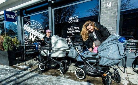 KAFFEKOS: I høst skal Wayne's Coffee åpne kafé i Vestby. Dette bildet er fra kaffekjedens nyåpning i Ås for to år siden, da Marianne Solheim (t.v) og Karine Wang var innom.