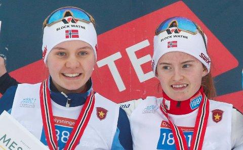 VERDENSMESTERE: Marte Leinan Lund fra Tolga og Gyda Westvold Hansen fra Dalsbygda gikk på det norske laget som tok gull i blandet stafett kombinert i junior-VM fredag.