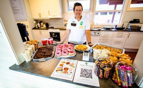 BAK DISKEN: Linda Janson-Haddal har lenge hatt planer om å åpne kafé på klubbhuset Med økonomisk støtte fra Ås Avis har hun klart det.