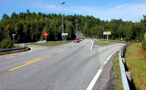 MISTET NESTEN DEKKET: En bil mistet nesten dekket nær Vinterkjærkrysset etter å ha lagt om til vinterdekk.