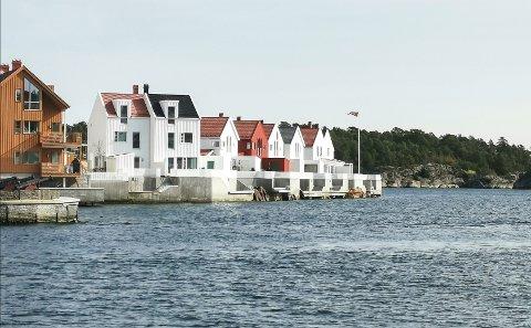 Foran disse boligene på sørsiden av Holmen er sjøarealet regulert til privat småbåthavn. På grunn av at småbåttrafikken går nær land, har huseierne ønsket å regulere trafikken. Det er grunn til å tro at en flytebrygge ut fra land vil bidra til dette.