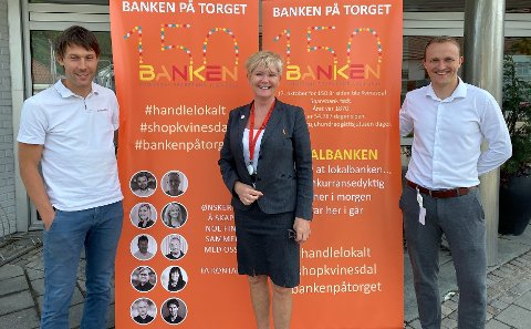 POSITIVE: Ulrik Svindland, Berit Elve og Lars J. Egeland i Kvinesdal Sparebank er positive til fremtiden for banken.