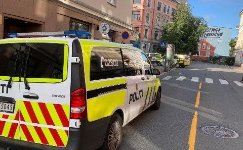 STORUTRYKNING: Politiet er på plass med mange biler etter den alvorlige varslingen.