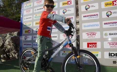 STORFORNØGD: Ein lukkeleg Theodor (7) tar imot hovudpremien, ein splitter ny sykkel. alle foto Randi Bjørlo