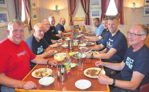Hele mannskapet: Fra venstre Skipper og reder Ivar Andreassen (55), Bodø, Styrmann Bernhard Harry Kristensen (64), Vassdalsvik, Førstemaskinist Tor Arne Sannes (49), Bodø/Oslo, Maskinassistent Ole Hermansen (52), Bardufoss, Stuert Trond Johannesen (53), Ørnes, Fisker Viggo Johansen (46), Onøy, Fisker Arne Martin Meløysund (42), Bodø, Styrmann Kjartan Ervik (49), Frøya, Maskinsjef Einar Engen (61), Tjongsfjord. Fisker Ståle Sarrasen (39), Tonnes var sykemeldt på denne turen der AN var med, Arne Martin var vikar.
