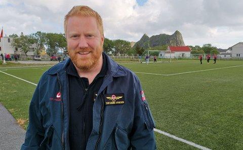 På Værøy: Tor Magne Arnesen skal se fotballkamp på Værøy etter det spesielle oppdraget.