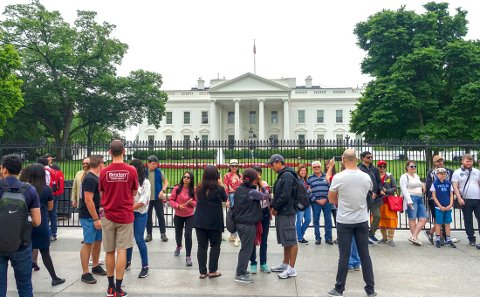Washington DC, USA 20180514. Turister utenfor Det hvite hus.  Foto: Marianne Løvland / NTB