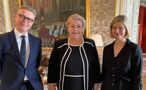 Statsminister Erna Solberg sammen med fiskeriminister Odd Emil Ingebrigtsen og kunnskapsminister Guri Melby.