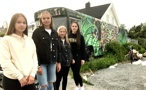 Natalie Bachleda (19), Ingeborg Jensvoll (19), Maja Raane (18) og Kamilla Arnsen (18) foran russebussen.