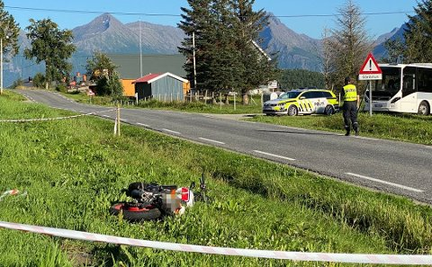 OMKOM: Motorsykkelen havnet utenfor veibanen. Flere beboere i nærheten kom raskt til stedet og begynte livreddende førstehjelp, men livet stod ikke til å redde.