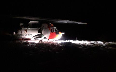 Aksjon: Sea King-helikopteret tar her ombord redningsmannskap i redningsaksjonen fredag Foto: Rune Andreassen, Lofotposten