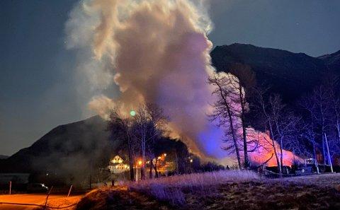 Det var vindstille under brannen på Skjelstad kunst- og kulturgård. Det var en medvirkende årsak til at ikke flere bygninger brant ned.