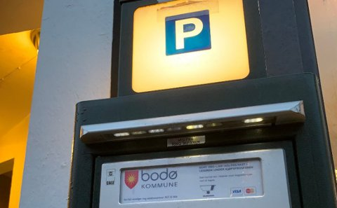 Siden nyttår har folk i Bodø måtte betale mer og lenger for å stå parkert i sentrum. Det reagerer opposisjonen i byen sterkt på.