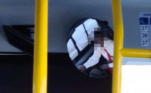 Her skal bussjåføren ha trykket på mobiltelefonen mens hantilsynelatende kjørte.