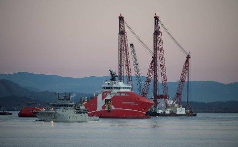 Kranbåten «Rambiz» ankom den havarerte KNM «Helge Ingstad» mandag ettermiddag.