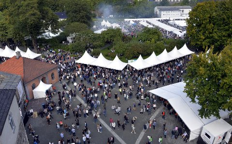 Flere tusen ølinteresserte finner veien til Bergenhus festning denne helgen. Arkiv: Skjalg Ekeland