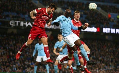 Bristol City og Marlon Pack (t.v.) er virkelig i dytten. De har vunnet de åtte siste kampene uansett turnering. , Her er er Pack i duell med Manchester City-spiller Eliaquim Mangala i ligacupen i fjor. (AP Photo/Dave Thompson)