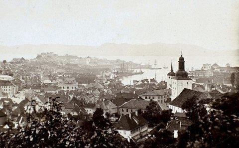 Alle reisebeskrivelser fra Bergen omtaler byens beliggenhet mellom fjellene som imponerende og husene og bymiljøene som vakre. Men enkelte, som Henrich Steffens, mente at det under den innbydende overflaten skjulte seg en åndsfattig og moralsk fordervet bykultur.