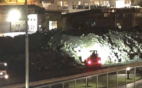 Dette bildet ble tatt rett etter klokken 00.30 natt til mandag. Da var arbeidsmaskiner i gang med steinarbeid i Kanalveien.