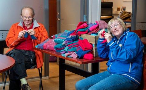 Det klaprer i pinnene når Kjartan Egge og Ingerid Jenssen er på jobb. Sammen med kolleger og venner har de strikket de rundt 500 tøybindene som ligger på bordet.