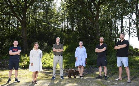Helgeplasset borettslag ville ikke at lekeplassen skulle bygges ned. Nå får de det som de vil. Fra venstre: Ronny Falkanger, Kristine Hordnes, Harald Simonsen, Lisbeth Helen Nord, Bjarne Hove og Bobbo Langeland.