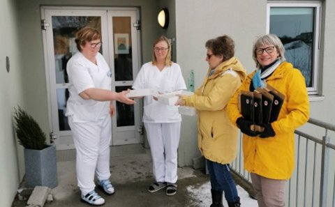 Ansatte Fra venstre: Berit Sivertsen og Kari Gulbrandsen. Begge er avdelingsledere i hver sin etasje.  Til høyre: Leder i Innstranden Sanitetsforening Martha Selvær og nestleder Liv Johansen.