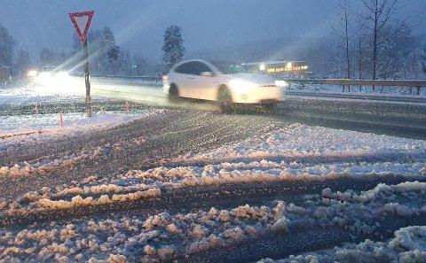 SØRPETE: Den våte snøen skaper til dels utfordrende kjøreforhold – særlig om du ikke er skodd for vinterføre.