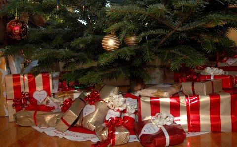 JULEGÅRVER: Besteforeldre skal bruke heile 9.369 kroner i snitt på julegåver i år. Det er ein auke på 1.440 kroner frå jula i 2018, viser DNBs Forbrukerbarometer.