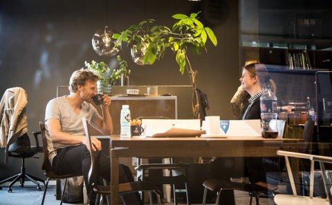 FØRSTE DAG: Dei to nytilsette utviklarane Tord Joranger (30) og Astrid Høgset (26) vart ønskt velkomne med kake første dag på kontoret.