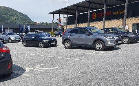 FEILPARKERT: Både parkeringsplassane tiltenkt motorsyklar og handicapplassane ved Coop Extra på Kronborg vert brukt av andre enn dei som treng desse plassane.