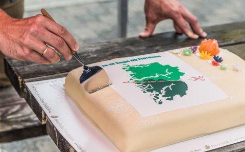 FYLKESKAKA: Andelen av veljarar som vil splitte opp Vestland fylke er synkande. Bildet er frå ein kakefest som Sosialistisk Venstreparti arrangerte tidlegare i sommar. SV-leiar Audun Lysbakken skar det første stykket.
