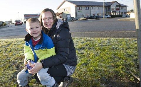Helt topp: Anne Linn Stene, sønnen Michael og resten av familien flyttet til Selbak ved en tilfeldighet for åtte år siden. Nå stortrives de i området.