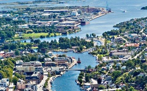 Industrien på Øra (i bakgrunnen på bildet) bør få tilknytning til jernbane, mener Kristoffer Hagen.