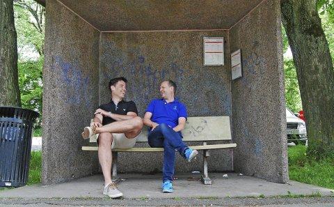 PERLEVENNER: Latteren sitter løst André Hansen (til venstre) og Øistein Pettersen oppsummerer en 29 års lang dommerkarrière. Siste stoppested blir Serbia førstkommende fredag. Etter den matchen opphører samarbeidet. Foto: Vidar Henriksen