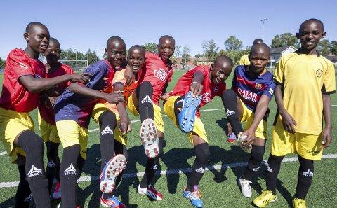 SKODD FOR SUKSESS: Guttene fra Malawi var godt fornøyd med nye støvler og drakter, selv om kunstgresset på Lervik var uvant underlag. Alle fotos: Christine Heim