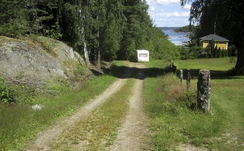 Kirkeøy: Veien har vært stengt med campingvogna. Nå er den flyttet. I august er det omkamp i tingretten. (Den gule hytta er ikke part i konflikten) foto tore tindlund
