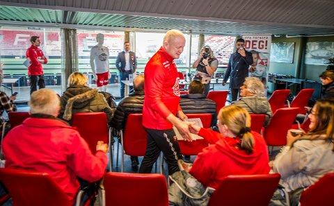 Hilste: Per-Mathias Høgmo håndhilste på samtlige som var tilstede på pressekonferansen før han tok plass ved bordet og ble presentert. (Foto: Geir A. Carlsson)