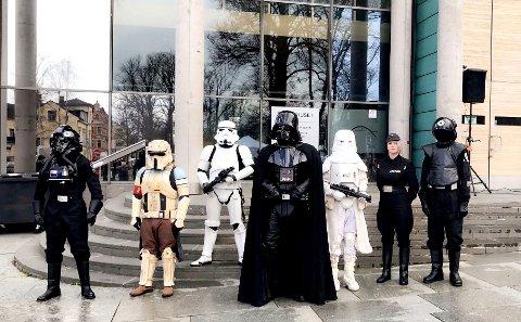 Darth Vader og hans Stormtroopers var til stede da «Star Wars Theme Song» begynte å spille fra Rådhusets klokketårn fredag.