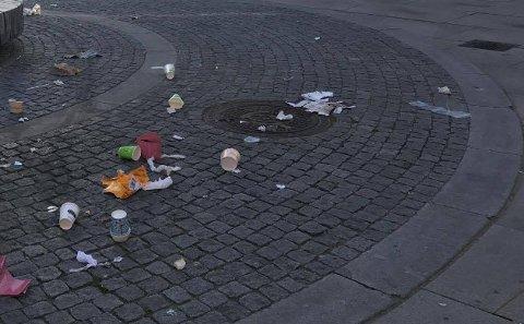 FULLE SØPPELKASSER: Da søppelkassene ble overfylt fløt søppelt fritt i gatene.