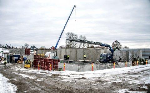 Laksefabrikken: Anlegget på Øra tar form og skal etter planen stå ferdig sent i 2018. Mens byggingen pågår, er planleggingen av neste byggetrinn i full gang. (Foto: Geir A. Carlsson)