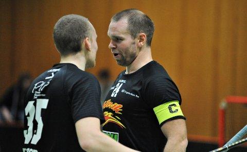 REKORD: Stræte gratuleres av lagkamerat Franzon da rekorden endelig er i boks.