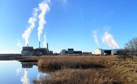 Til venstre i bildet ser vi anlegget som rommer Frevar og Kvitebjørn Bioels avfallsforbrenningsanlegg. De to anleggene slipper ut rundt 170.000 tonn Co2 årlig.