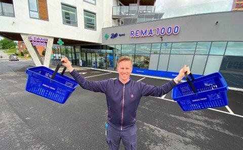 NY REMA 1000 BUTIKK: Jørgen Othello Eriksen (29) er franchisetager i den nye Rema-butikken langs Mosseveien.  Tidligere hadde butikken lokaler ved Evjekaia i sentrum.